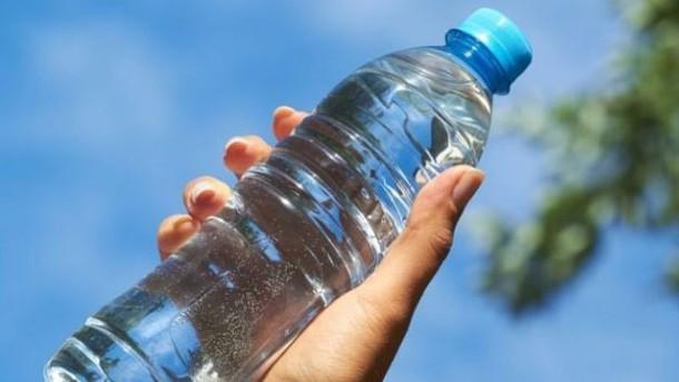 agua en botellas de plástico